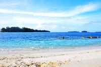 Paduan warna yang menyejukan mata di pantai Pulau Genteng Kecil
