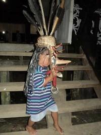 Anak kecil pun ikut mengenakan topeng (Halida Agustini/ dTraveler)