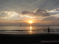 Sunset di Pantai Teluk Penyu (Sumber: pics4share.blogspot.com)