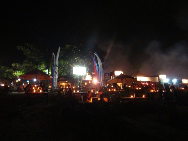 Suasana makan malam yang romantis di Jimbaran (Faela Shafa/detikTravel)