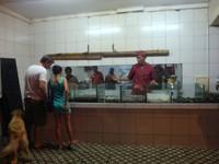 Pengunjung melihat langsung ikan yang akan dimasak (Faela Shafa/detikTravel)