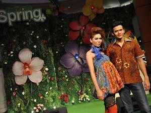 Gita Sinaga Cantik dengan Dress Batik