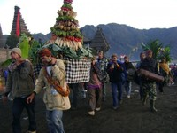Iring-iringan sesaji (travelingguideinfo.com)