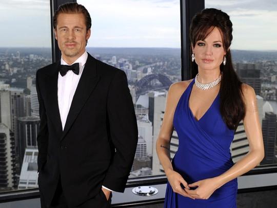 Miripnya Patung Jolie & Pitt