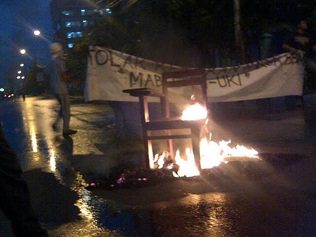Demo Anti BBM Naik, Mahasiswa Bakar Kursi & Ban di Jl Diponegoro