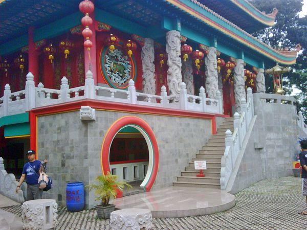 Serba Merah Di Klenteng Kong Miao Tmii