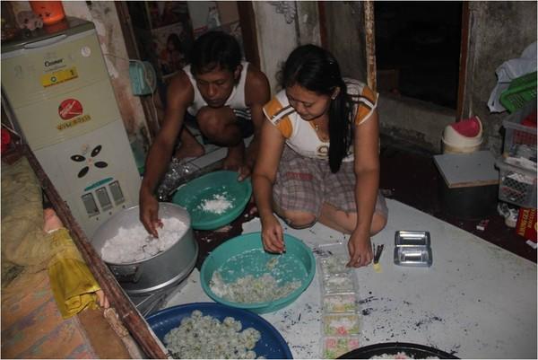 Sepasang suami-istri sedang bersama-sama membuat jaajanan pasar di kamar kostnya..