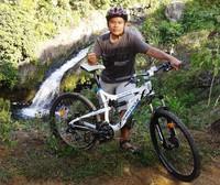 Bergqaya dengan latar belakang Lubuak Tampuruang