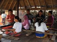 Kegiatan kaum wanita Suku Sasak yang sedang menenun