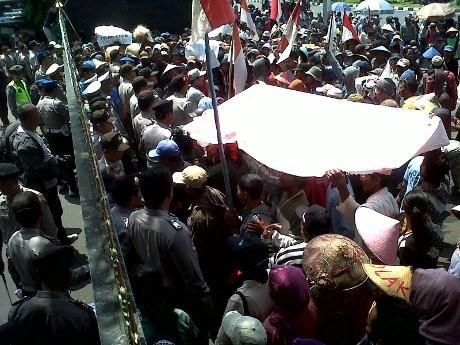 Protes Rencana Pembangunan PLTU, Ratusan Orang Geruduk DPRD Jateng