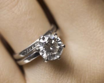Sewa perhiasan berlian