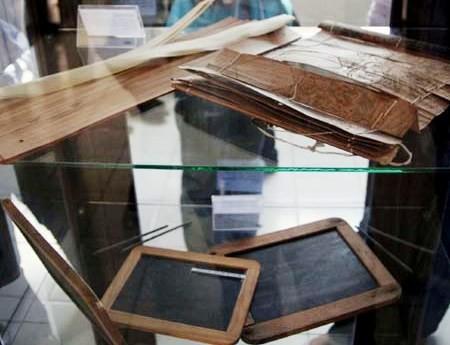Daun lontar, grip, dan sabak merupakan alat tulis zaman dahulu (Sumber: detikFoto)