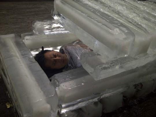 Saat Demian Pingsan di Peti Balok Es