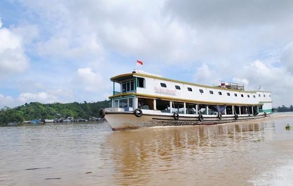 Kapal Motor Penumpang Melintasi Sungai Mahakam