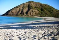 Putihnya pasir Pantai Mawun menjadi salah satu daya tarik untuk wisatawan (Sumber: aisltours.blogspot.com)