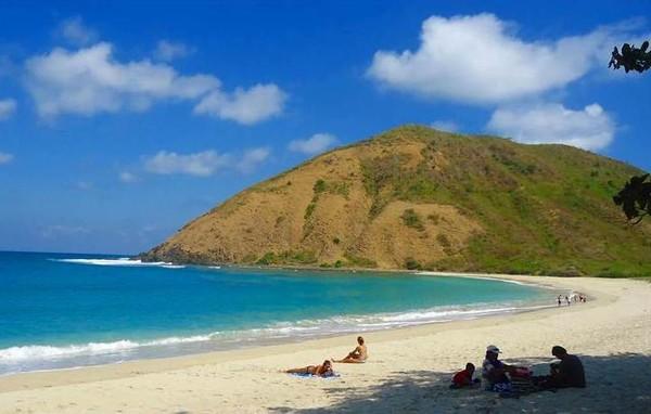 Terlihat beberapa wisatawan sedang bersantai di Pantai Mawun, Lombok (Sumber: lombokadipati.com)