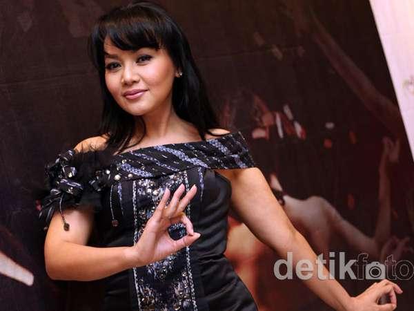 Dewi Gita Jadi Duta Tari IDF 2012