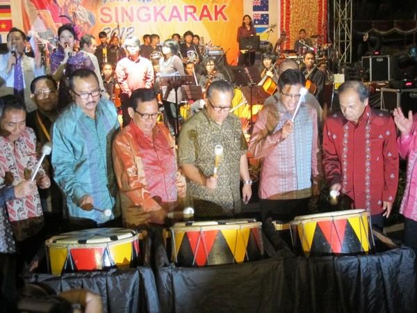 Pembukaan dengan pemukulan gendang oleh Sapta Nirwandar, Irwan Prayitno dan pejabat daerah lainnya (Afif/detikTravel)