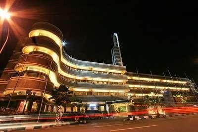 Hotel Savoy Homann pada malam hari (bandungparijsvanjava.blogspot.com)