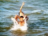 Anak-anak bermain air di Pantai Boneoge