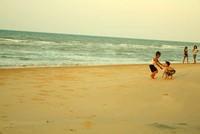 Anak-anak kecil yang bermain di Pantai Slopeng (Vanya Safitri/ACI)