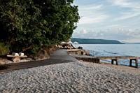 Berjemur bersama pasangan Anda di pinggir pantai bisa jadi hal yang menyenangkan (trippat.com)