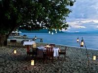 Saat malam tiba, Anda bisa makan malam di pinggir laut (trippat.com)