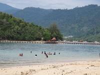 Pengunjung yang sedang menikmati pantai dan berenang (Afif/detikTravel)