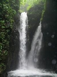 Derasnya air terjun ini menimbulkan sura gemuruh dan yang menyegarkan pikiran (kiosbukugema.wordpress.com)