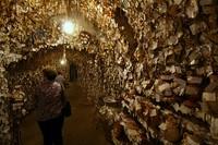 Museum ini berbentuk lorong-lorong dengan rambut-rambut yang menghiasi di sekuruhnya (Oddity Central)