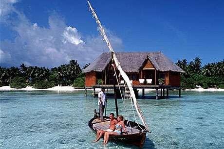 Asyiknya bersantai di atas perahu bersama pasangan di perairan Meeru Island (maldiveisle.com)