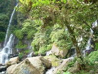 Batu-batu besar di dasar permukaan Curug Orok melengkapi keindahan tata ruang lokasi ini (Dinas Pariwasata dan Budaya Jawa Barat)