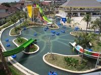 Di kolam Wafe Slider, wisatawan bisa bersantai di atas ban sambil merasakan goyangan air kolam (tripadvisor.com)