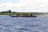 Ketinting Warga Menyeberangi Danau Jempang
