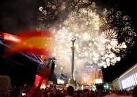 Pendukung Spanyol yang berpesta di Maidan Nezalezhnosti, alun-alun Kiev (Reuters)