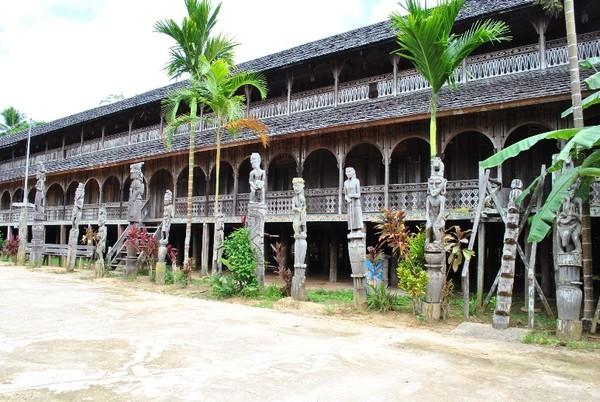 Lamin bertingkat, rumah adat Suku Dayak di Kampung Mancong