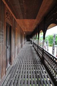 Lorong lamin yang terbuat dari kayu