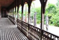 Patung kayu yang tampak dari lorong Lamin