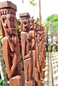 Patung Kayu sebagai Sandaran Kursi