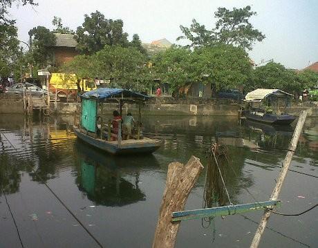 Kotor & Bau Jadi Keluhan Pengguna Kapal di Kali Sunter