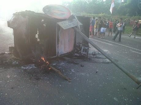 Demo Makin Panas, Mobil Polisi di Tol Jatibening Sempat Hendak Dibakar