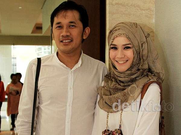 Zaskia Mecca & Hanung Bramantyo Kompak Putih-putih