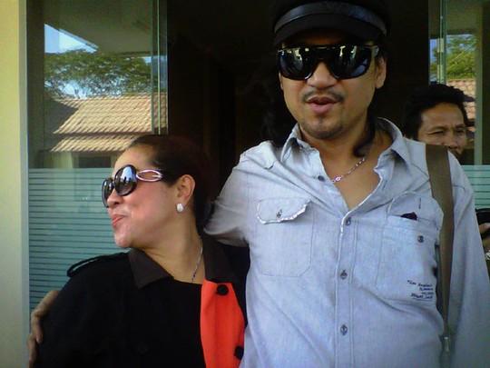 Dipanggil Polda Jatim, Nunung & Calon Suami Mesra