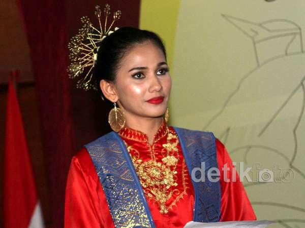 Nova Eliza Berbusana Adat Aceh