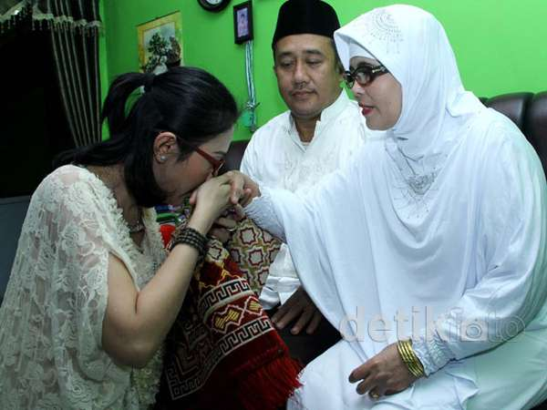 Aida Saskia Sungkeman dengan Orangtuanya