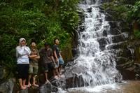 Pelancong bisa berdiri di pinggir tebing air terjun