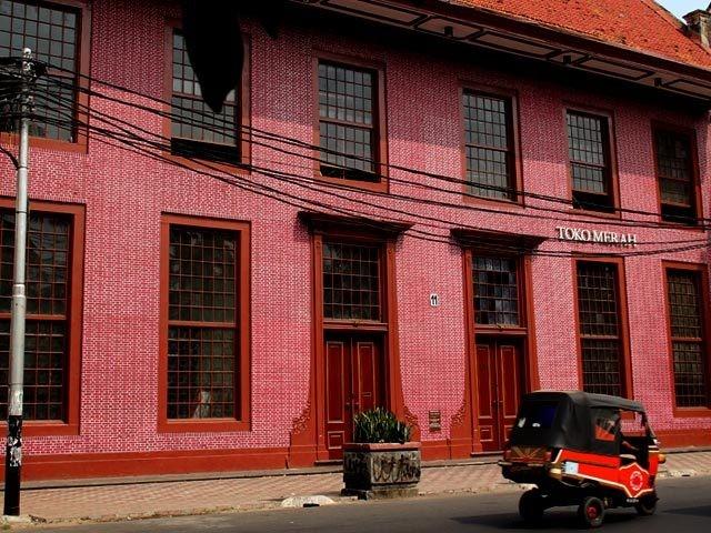 Bagian luar Toko Merah di kawasan Kota Tua Jakarta (indonesia.travel)