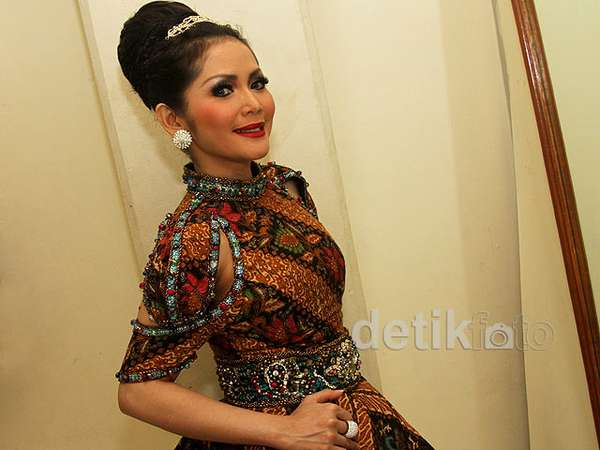 Dibalut Dress Batik, Kristina Tampil Mempesona