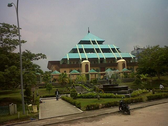 Masjid Agung Batam yang seperti piramida (Erna Mardiana/detikTravel)