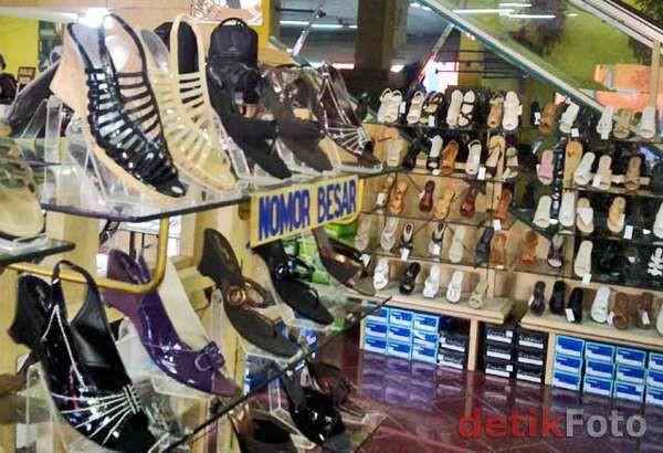 Jejeran sepatu di salah satu toko di pasar sepatu Cibaduyut (Ade  Irawan detikFinance) 6eab5ee3d4